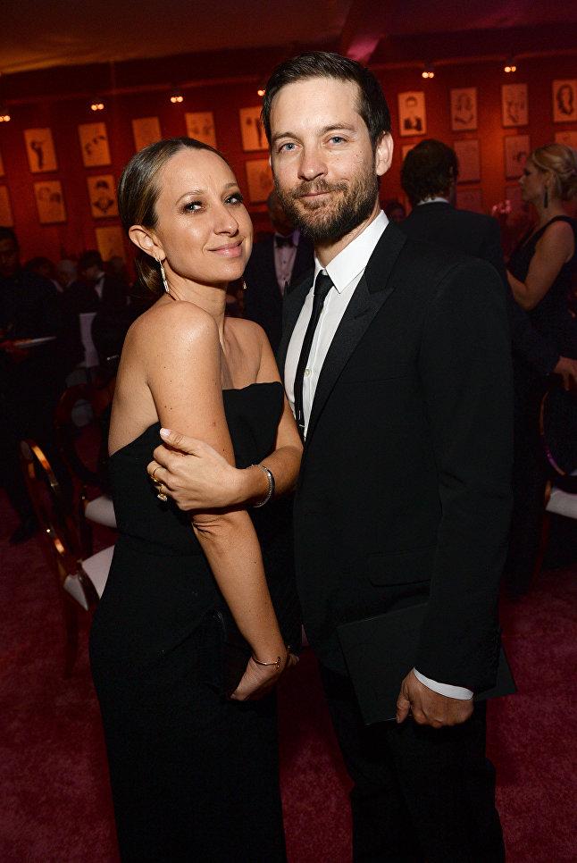 Американский дизайнер Дженнифер Мейер и актер Тоби Магуайр в Лос-Анджелесе. Февраль 2016 года