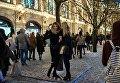 Девушки фотографируются на ГУМ-Ярмарке на Красной площади в Москве