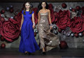 Участницы Оксана Голубицкая и Лилия Вербицкая (справа) во время финала конкурса красоты Золотая корона России
