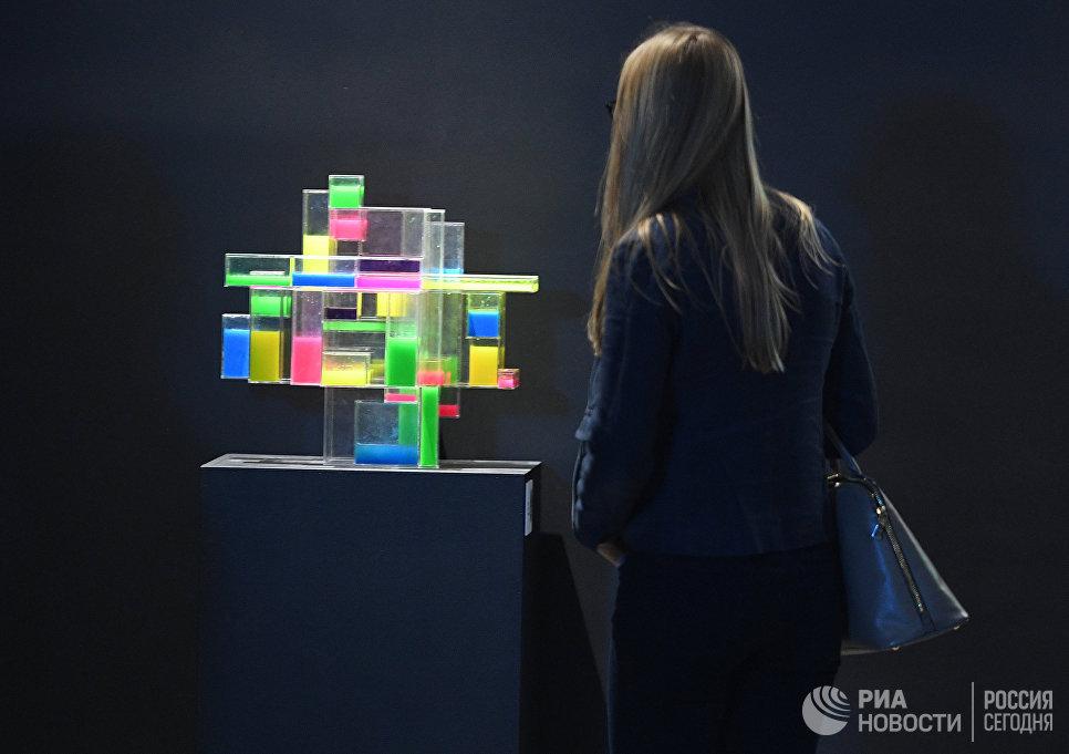 Посетительница на мультимедийной выставке Космос. Love открывшейся в московском центре дизайна ARTPLAY