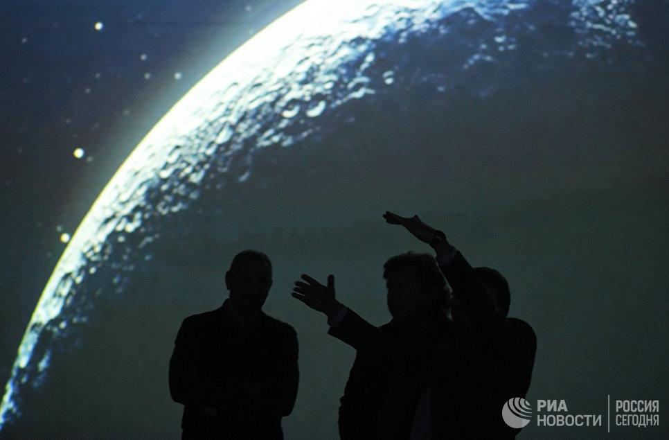 Посетители на экспозиции мультимедийной выставки Космос. Love открывшейся в московском центре дизайна ARTPLAY