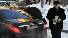 Бывший премьер Украины Никалай Азаров перед зданием Дорогомиловского суда Москвы