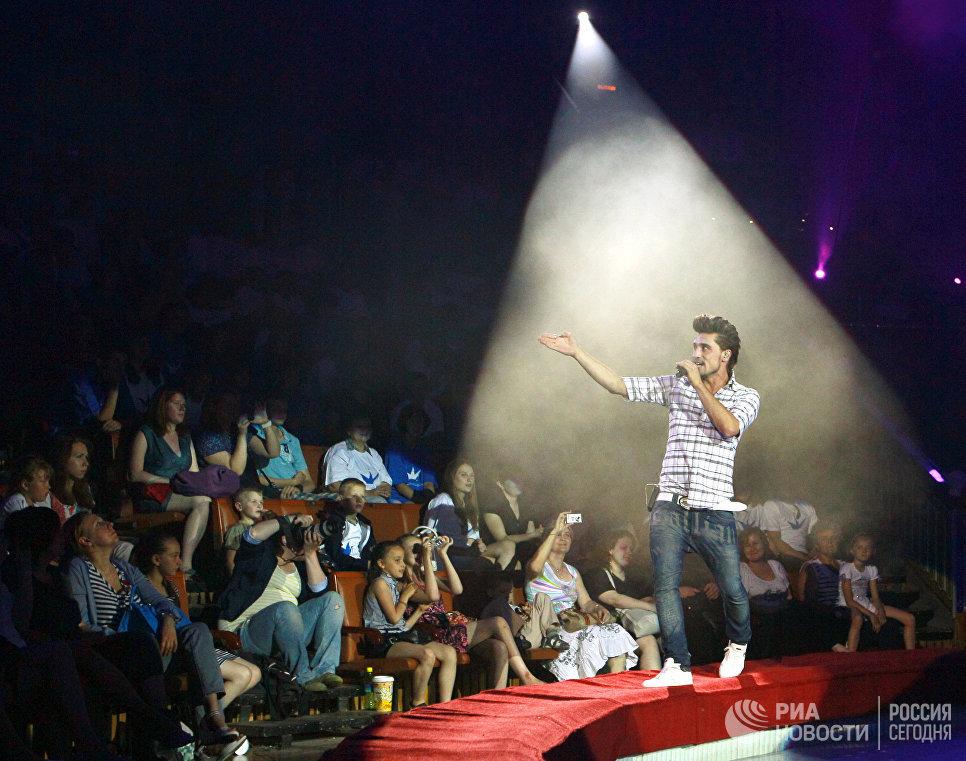 Певец Дима Билан выступает на концерте, который прошел в рамках праздника, посвященного Дню защиты детей, в цирке на Проспекте Вернадского