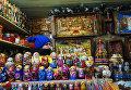 Продажа сувениров на ГУМ-Ярмарке на Красной площади в Москве