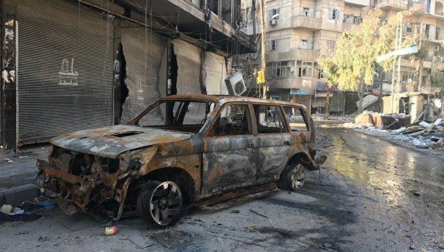 Сгоревшая машина боевиков в восточном Алеппо. Архивное фото