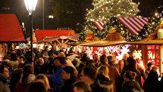 Посетители Рождественской ярмарки в Берлине