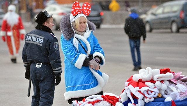 Продавщица в костюме Снегурочки на улице Киева, Украина. Архивное фото