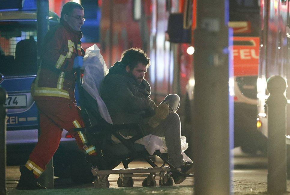 Раненый на месте трагедии, где грузовик протаранил рождественскую ярмарку в Берлине, Германия