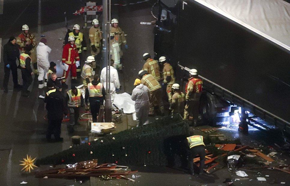 Спасатели и полицейские на месте трагедии, где грузовик протаранил рождественскую ярмарку в Берлине, Германия