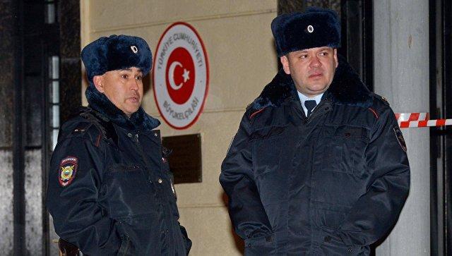 Меры безопасности усилены около здания посольства Турции