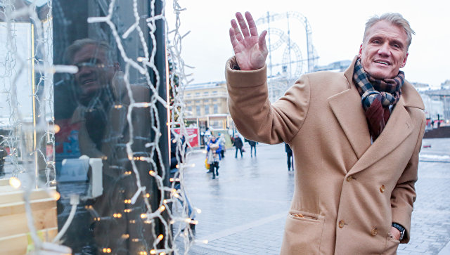 Дольф Лундгрен во время посещения фестиваля Путешествие в Рождество в Москве