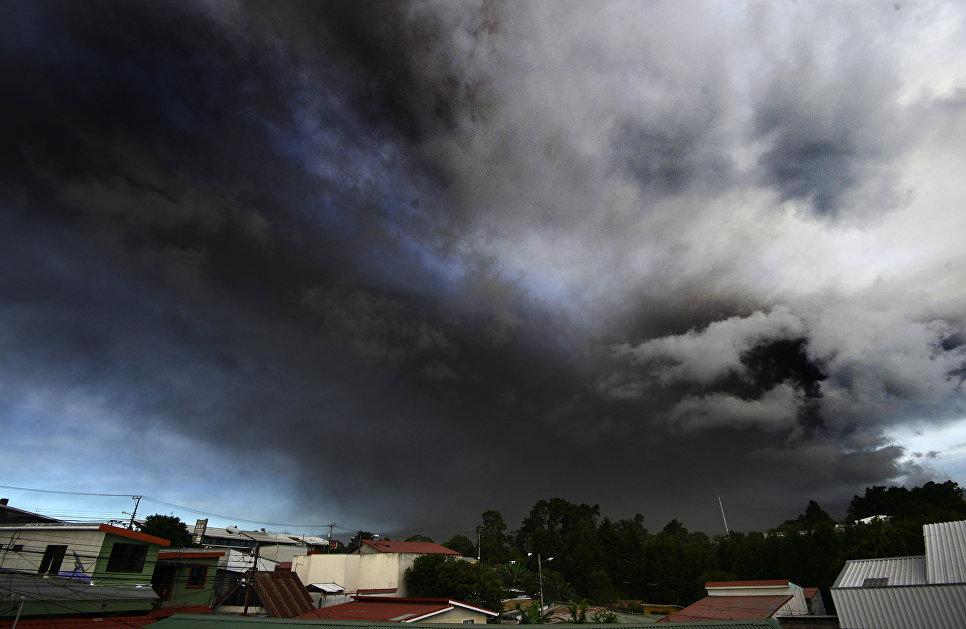 Выброс пепла из вулкана Турриальба в Коста-Рике. 19 сентября 2016