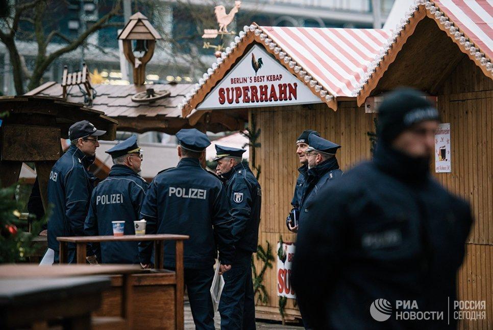 Полицейские недалеко от места теракта в Берлине