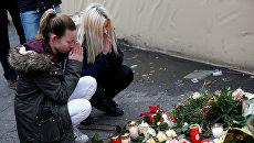 Девушки недалеко от места теракта в Берлине. 20 декабря 2016