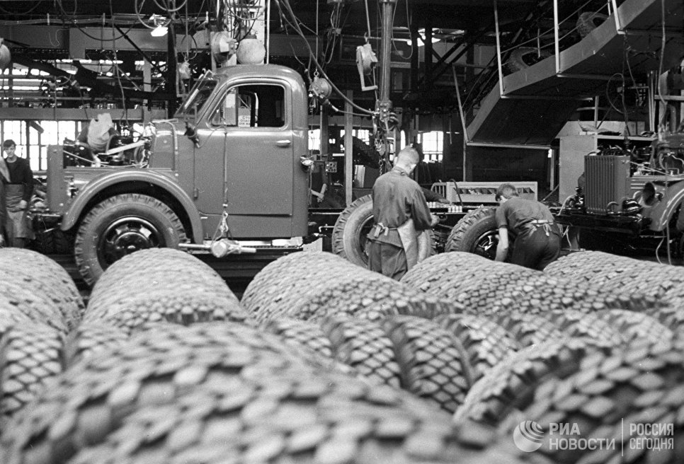Конвейер сборки грузовых автомашин ГАЗ-52 на Горьковском автомобильном заводе