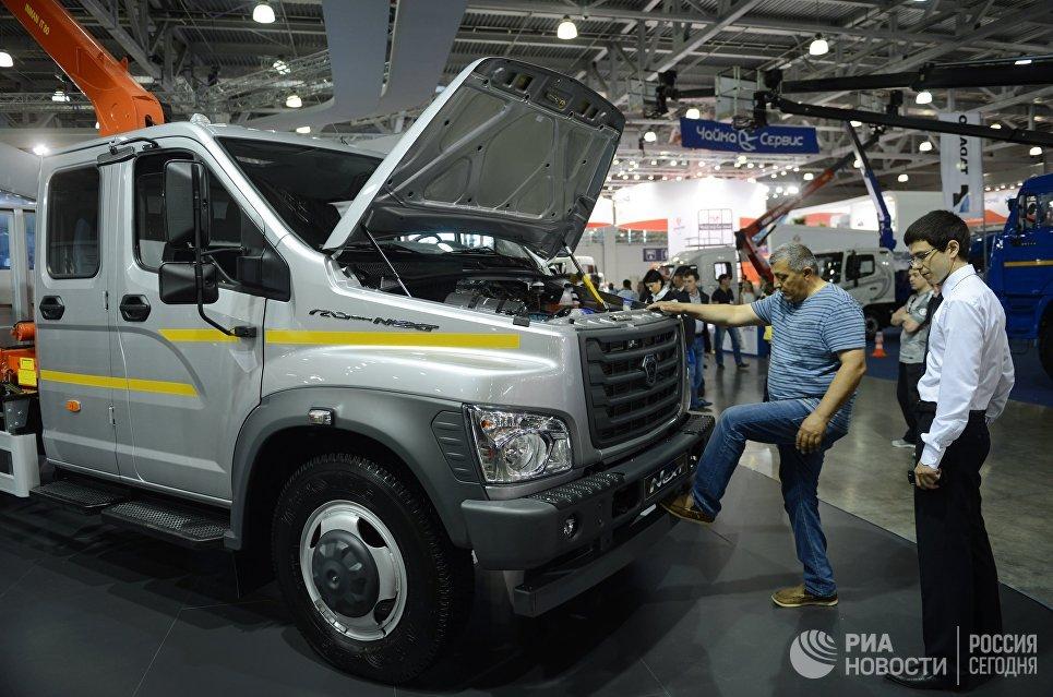 Посетители осматривают автомобиль ГАЗон Next
