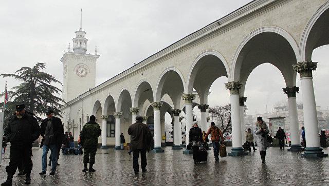Железнодорожный вокзал Симферополя после прекращения движения поездов между Украиной и Крымом. Архивное фото