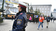 Сотрудница полиции следит за безопасностью на рождественском базаре в Зальцбурге, Австрия. Архивное фото