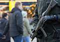Сотрудник правоохранительных органов Германии патрулирует рождественскую ярмарку в Эрфурте