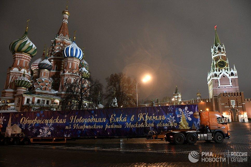 Специальный автопоезд с главной Новогодней елкой России въезжает на Красную площадь в Москве