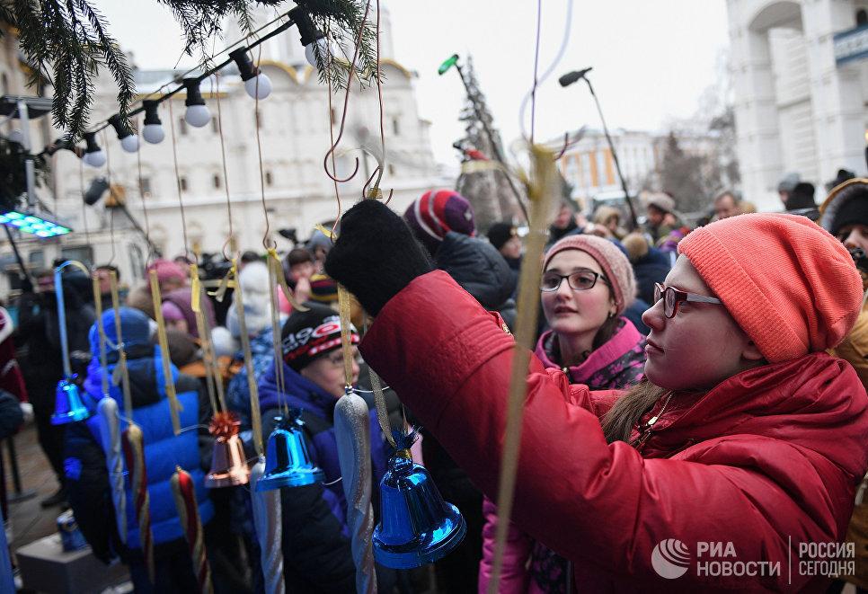 Дети у Новогодней ёлки на Соборной площади Кремля в Москве