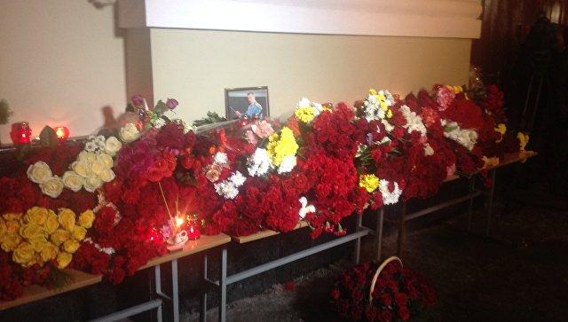 Люди несут цветы кзданию Академического ансамбля имени Александрова