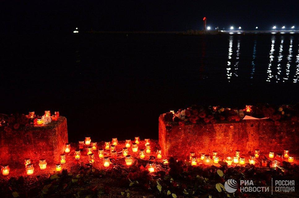 Свечи и цветы на акции памяти в Сочи, где самолет Минобороны РФ Ту-154 потерпел крушение у побережья Черного моря