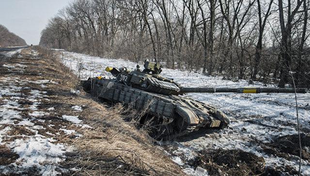 Подбитый ополченцами танк украинских военных по дороге в Дебальцево