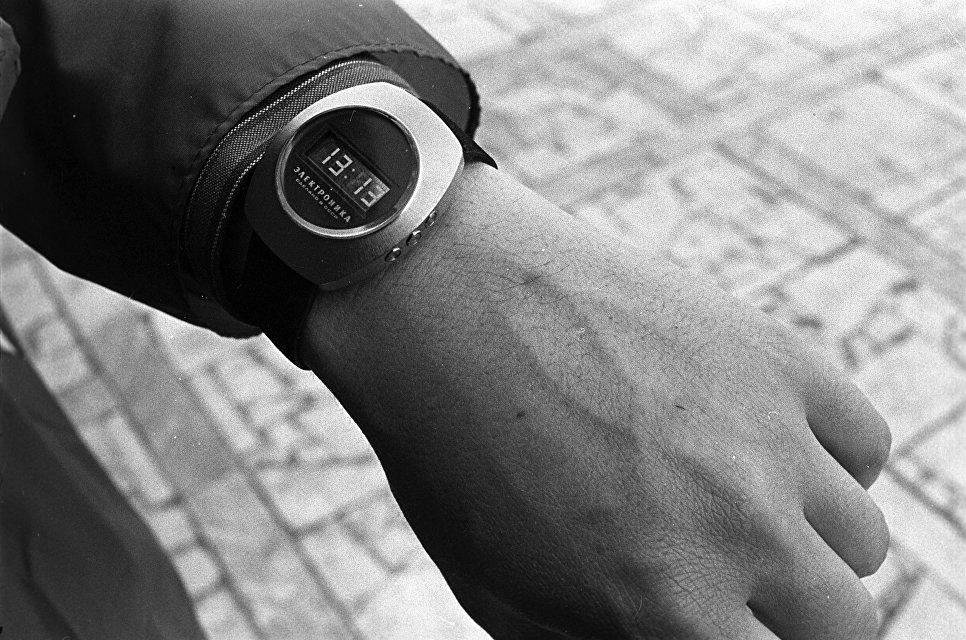 Часы Электроника - первые советские электронные наручные часы.