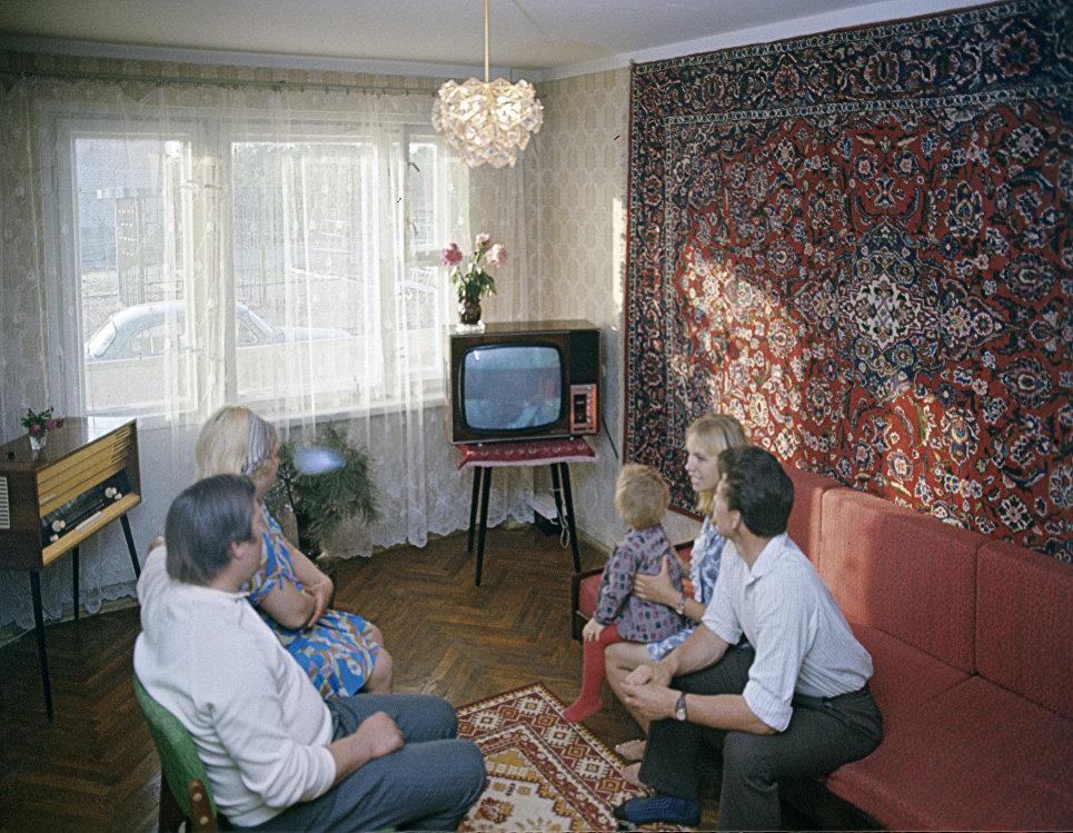 Доярка Тамара Леонова с семьей у себя дома. Колхоз имени Урицкого, Гомельского района.