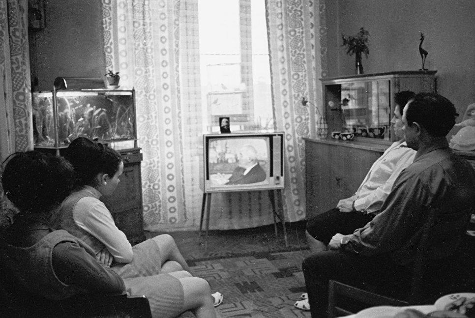 Семья Боршагиных, рабочих ткацкой фабрики имени Свердлова, во время отдыха дома вечером у телевизора.