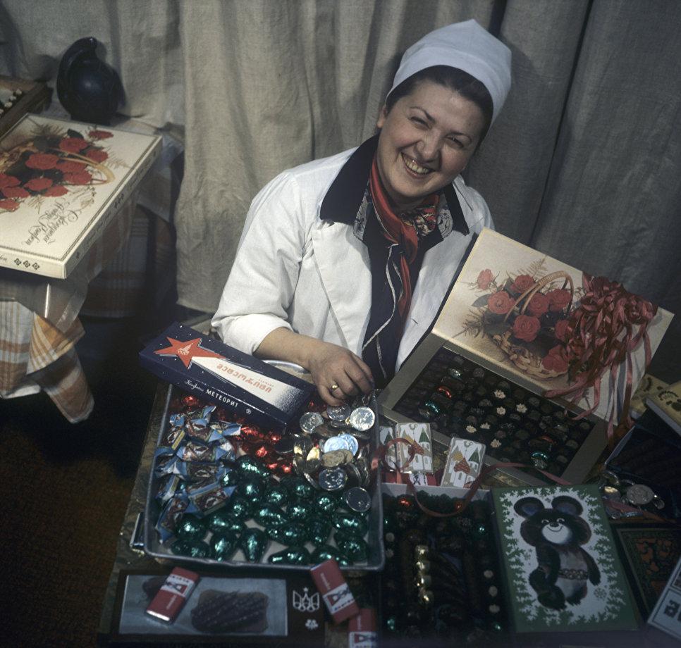Бригадир бригады коммунистического труда Тбилисской кондитерской фабрики Мавра-Кобахадзе Рухадзе со сладкой продукцией предприятия.
