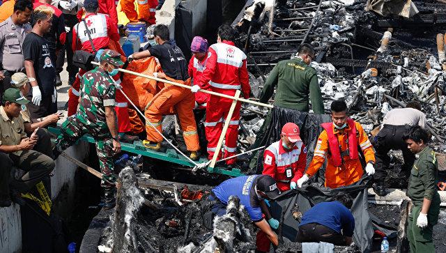 ВИндонезии зажегся пассажирский паром: 23 человека погибли, около 100 спасены