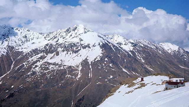 Cотрудники экстренных служб ищут туриста, упавшего врасщелину насклоне Эльбруса
