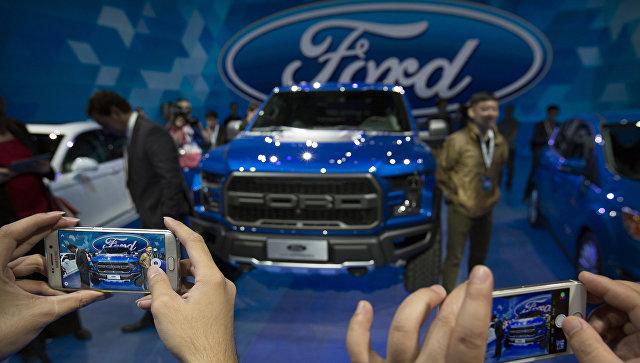 Посетители фотографируют автомобиль Ford F-150 Raptor. Пекинский автосалон, апрель 2016