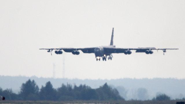 Бомбардировщик B-52 в воздухе. Архивное фото