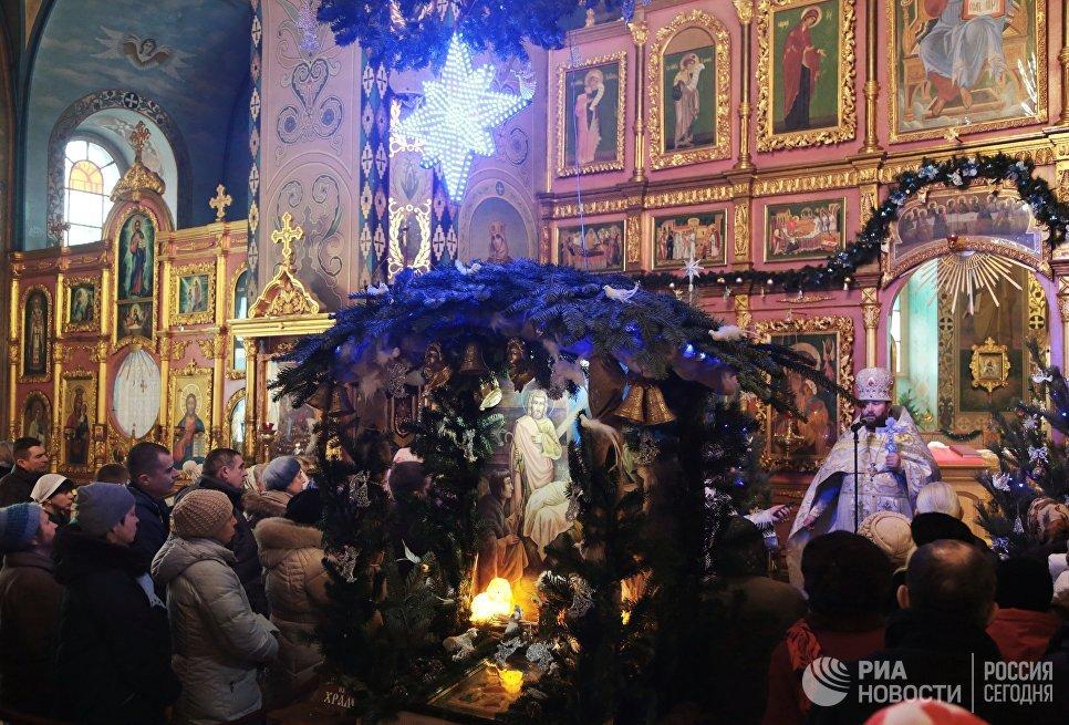 Прихожане на праздничном богослужении в соборе Петра и Павла в Симферополе