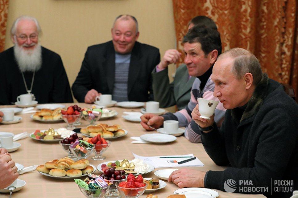 Президент РФ Владимир Путин во время беседы с рыбаками после Рождественского богослужения в Свято-Юрьевом монастыре в Новгородской области