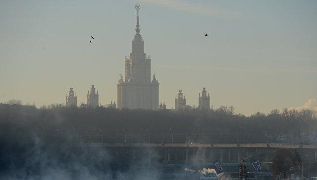 Вид на главное здание МГУ на Воробьевых горах с Пушкинской набережной. Архивное фото