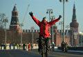 Участник Второго зимнего Московского Велопарада на Кремелвской набережой
