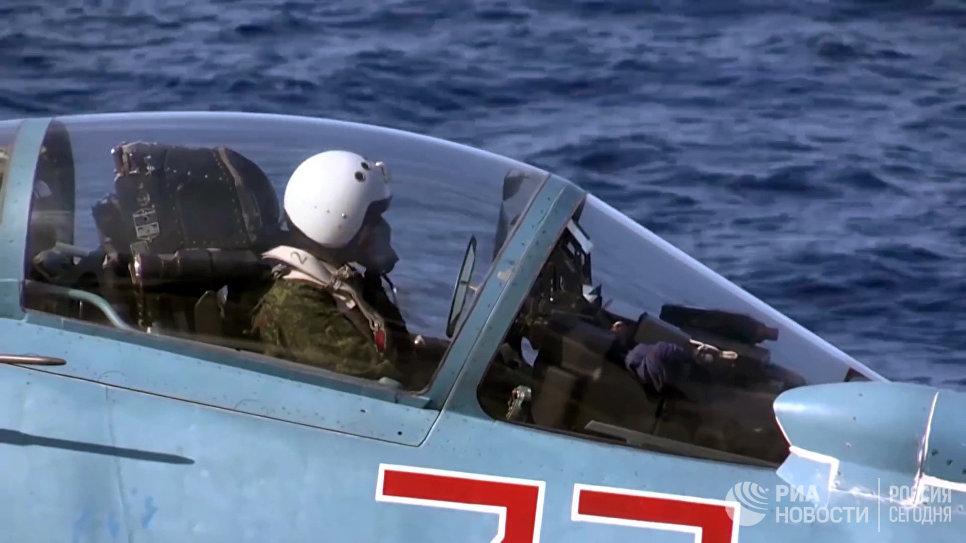 Пилот в корабельном истребителе Су-33 ВКС РФ перед взлетом с палубы тяжёлого авианесущего крейсера Адмирал Кузнецов