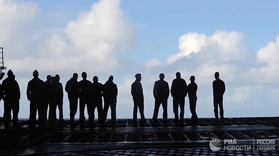 Военнослужащие на палубе тяжёлого авианесущего крейсера Адмирал Кузнецов у берегов Сирии в Средиземном море