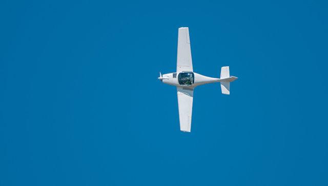 В Калифорнии одномоторный самолет экстренно сел на автомагистраль