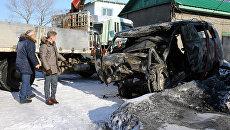 Мэр Поронайского района Александр Радомский (слева) и губернатор Сахалинской области Олег Кожемяко у сгоревшего автомобиля скорой помощи. 11 января 2017