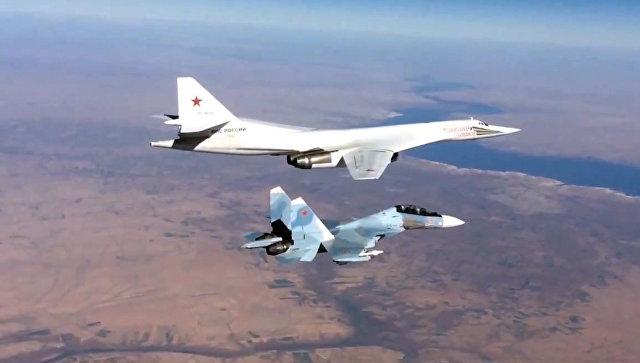 Сопровождение истребителем Су-30СМ бомбардировщика-ракетоносца Ту-160 Военно-космических сил России, выполнившего пуск крылатых ракет над Средиземным морем по объектам ИГ в Сирии. Архивное фото