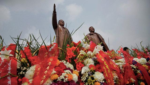 Памятник Ким Ир Сену и Ким Чен Иру в Пхеньяне, КНДР