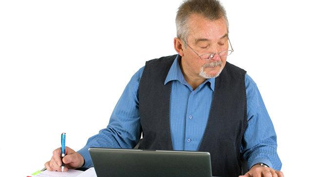 Пожилой человек сидит перед компьютером