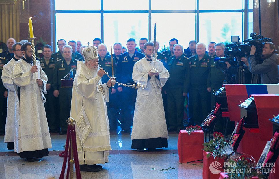 Священнослужители на церемонии прощания с погибшими при крушении самолета Ту-154 в Черном море на Федеральном военном мемориальном кладбище в Московской области
