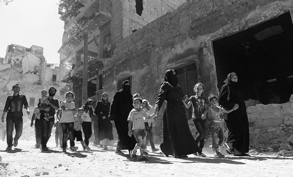 Выход мирных жителей из захваченного боевиками района Салах-Ад-Дин. Алеппо, Сирия, 18.09.2016