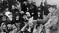 Раздача газет с призывом к революции. Февраль 1917 года